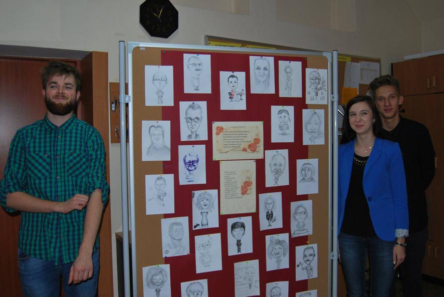 Uczniowie z prezentem dla nauczycieli